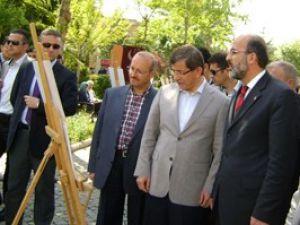 Davutoğlu Erbakan sergisini gezdi
