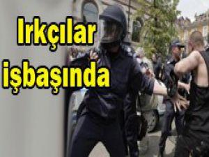 Camiye saldırıp Türkleri dövdüler