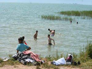 Sıcaklardan bunalanlar göle koşuyor