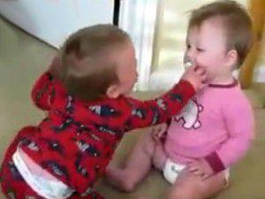 Bebeklerin güldüren emzik savaşı