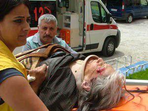 Seksen yaşındaki kadına otomobil çarptı