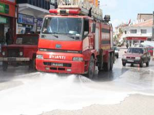 Caddeler gül suyu ile yıkanıyor