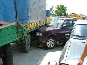 Otomobil işçilere çarptı:5 yaralı