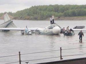 Rus uçağı yanarak nehre indi