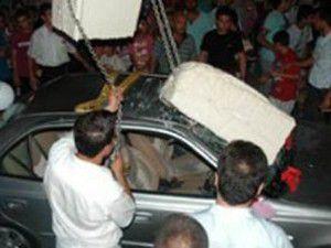 Dondurma otomobilin tavanını çökertti
