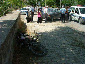 Mobiletle otomobil çarpıştı