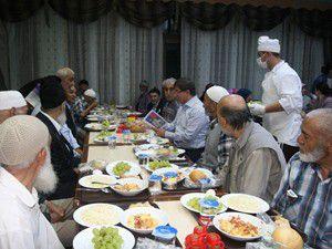 Bakan Davutoğlu yaşlılarla sahur yaptı