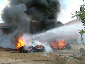 Lastik yakarken evini yakıyordu
