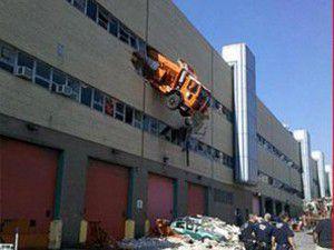 16 tonluk kamyon binada asılı kaldı