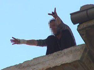 Çatıya çıkan kişi güçlükle ikna edildi