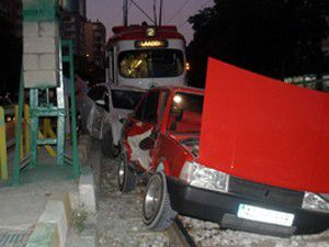 Konyada iki araç tramvay yoluna girdi