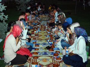 Simit, hurma ve suyla iftar açtılar