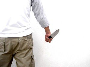 Arkadaşını beklerken hırsız zannedilerek bıçaklandı