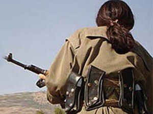 Kadın terörist silahıyla teslim oldu