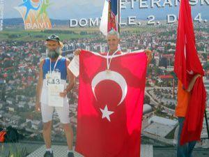 57 yaşında Türk bayrağını dalgalandırdı