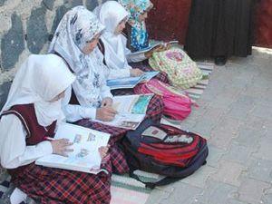 Başörtülü kız öğrencileri okula almadılar
