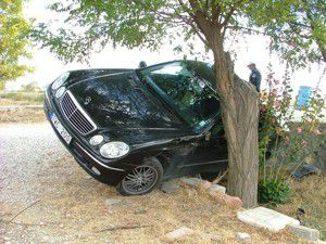 Otomobil duvar ile ağaç arasında kaldı