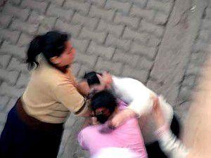 Konyada 4 kadın birbirine girdi