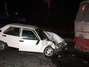 Otomobil otobüse çarptı: 5 yaralı