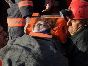Enkaz altından 3 kadın sağ olarak kurtarıldı