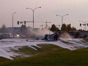 Kanadada bir uçak caddeye düştü