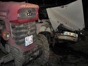 Otomobil traktör çarpıştı 2 yaralı
