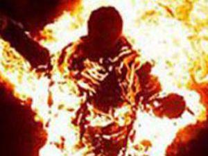 Konyada genç kız kendini yaktı
