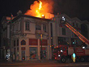 Tarihi binanın çatısı alev aldı