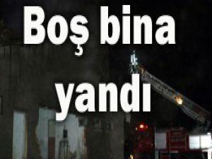 Hayvan pazarındaki boş bina yandı