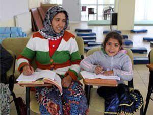Okuma-yazma kursuna kızıyla gidiyor