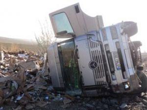 Konyada kamyon devrildi: 1 yaralı