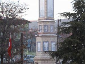 Yunakta yapımı tamamlanan kulenin saatleri takıldı
