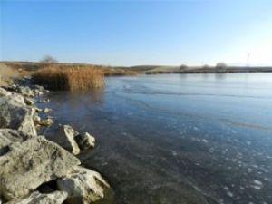 Göl dondu