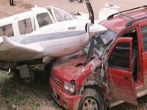 Uçak arabanın üzerine düştü: 2 ölü