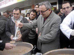 AK parti gençlik kolları Akşehirde aşure dağıttı
