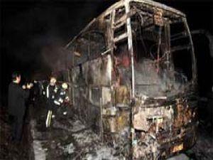 Hareket halindeki otobüs alev alev yandı