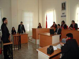Öğrenciler duruşmada ter döktü
