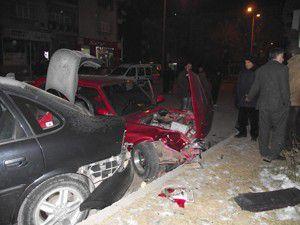 Otomobil parktaki araçlara çarptı