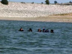 Gölete giren 2 kardeş boğuldu