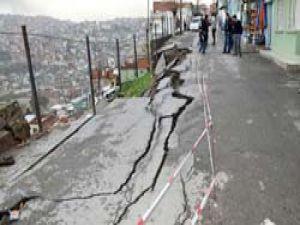 İzmirde yağışlar yol çökertti