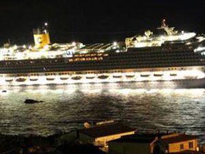 Dev yolcu gemisi karaya oturdu