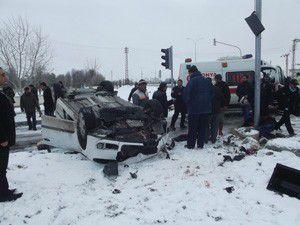 Konyada iki otomobil çarpıştı: 1 ölü, 8 yaralı