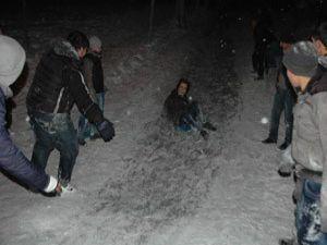 Konyada gençlerin kayak keyfi