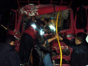 Konyada kamyon tırla çarpıştı