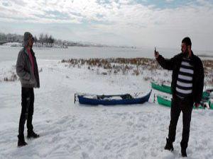 Buzla kaplı göl üzerinde tehlikeli oyun