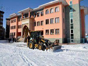 Meram okul bahçelerinde kar temizliği