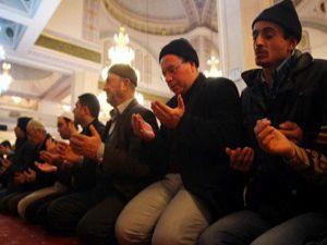 Gecede eller dua için açıldı