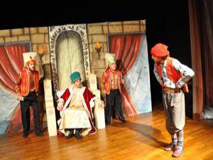 Meramdan Macera Peşinde adlı tiyatro