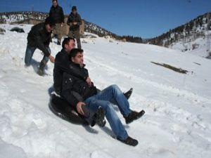 Beyşehirde gençlerin kayak keyfi