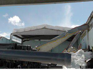 Spor salonunun çatısına kar birikince..
